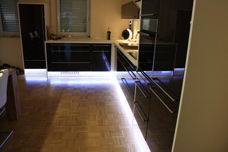 Schreinerei --- Küchen mit Beleuchtung, farbigen Fronten ...