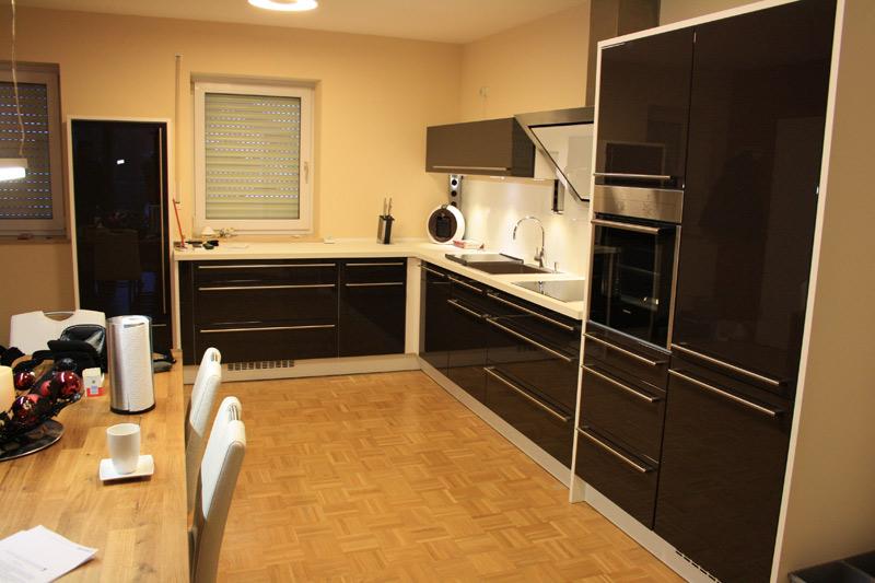 schreinerei k chen mit beleuchtung farbigen fronten edelstahlapplikationen. Black Bedroom Furniture Sets. Home Design Ideas
